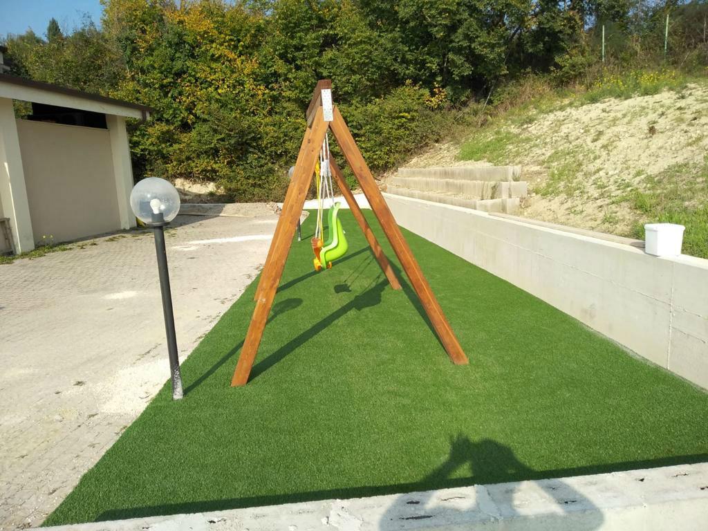 parchi gioco con erba sintetica